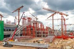 Konstruktionskranar som arbetar på motorvägen och den Skytrain platsen i A Arkivfoton
