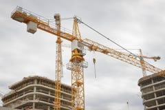 Konstruktionskranen bygger nya konkreta köpcentrumbyggnader på konstruktionsplats Konstruktion av den nya fastigheten Royaltyfria Bilder
