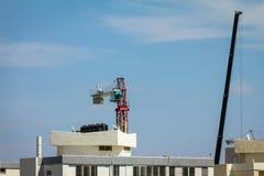 konstruktionskranen hissar lyft ställa in lokaltornet upp winchen Arkivbild