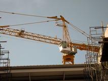 Konstruktionskranen står hög Royaltyfri Foto
