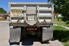 Konstruktionslastbil med ett varningstecken Fotografering för Bildbyråer