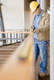 konstruktionsmätning som tar arbetaren royaltyfria foton