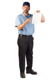 Konstruktionsman som står och spela golfboll i hål ett tomt dokument - peka royaltyfria bilder