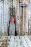 Konstruktionsmaskinvaruhjälpmedel på träbakgrund Arkivfoto