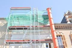 Konstruktionsmaterial till byggnadsställning av en byggnadsrenovering Royaltyfria Bilder