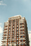 Konstruktionsmaterial till byggnadsställning på en högväxt skyskrapabyggnad Fotografering för Bildbyråer