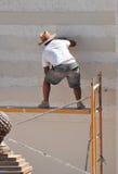Konstruktionsmurare som renoverar fasaden av ett hus Royaltyfri Fotografi