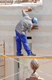 Konstruktionsmurare som renoverar fasaden av ett hus Royaltyfri Foto