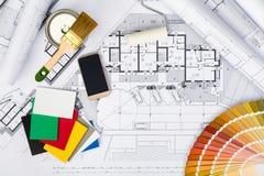 Konstruktionsplan med att kalka hjälpmedel, färgpaletten och Sm Arkivbild