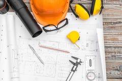 Konstruktionsplan med hjälm- och teckningshjälpmedel på ritningar Royaltyfri Bild