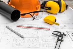 Konstruktionsplan med hjälm- och teckningshjälpmedel på ritningar Royaltyfria Foton