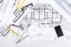 Konstruktionsplan med teckningshjälpmedel och den smarta telefonen på bluepri Royaltyfria Foton