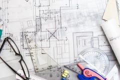 Konstruktionsplanläggningsteckningar på tabellen med blyertspennor, linjal Arkivbilder