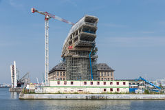 Konstruktionsplats av det moderna nya portkontoret i hamn av Antwerp, Belgien Arkivbild
