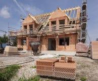 Konstruktionsplats av ett nytt byggt hus royaltyfri fotografi
