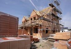 Konstruktionsplats av ett nytt byggt hus fotografering för bildbyråer