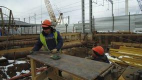 Konstruktionsplats av järnvägsstationen Byggmästarearbetare förbereder stålförstärkningen lager videofilmer