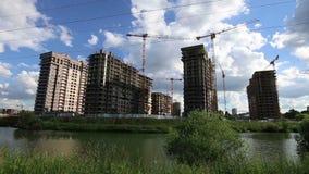Konstruktionsplats av mång--storied byggnader med applikationen av kranar, Moskva, Ryssland lager videofilmer