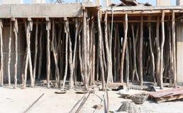 Konstruktionsplats, genom att använda bambu för att stötta konkret taklägga Fotografering för Bildbyråer