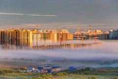 Konstruktionsplats i dimman Royaltyfri Foto