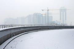 Konstruktionsplats i vinterdimma Arkivbilder