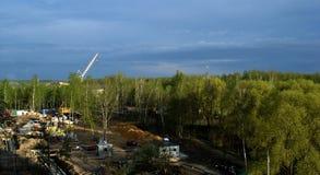 Konstruktionsplats, kran mot himlen Royaltyfria Bilder
