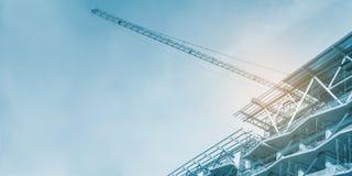 Konstruktionsplats, kranar och material till byggnadsställning, konkret struktur arkivbilder