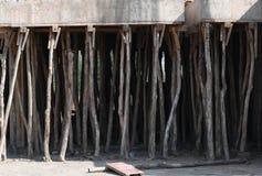 Konstruktionsplats med bambupinnar som stöttar det konkreta taket Arkivbild
