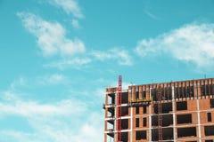 Konstruktionsplats med byggmästare som står bygga arkivbild