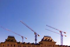 Konstruktionsplats med byggnader och kran på backgen för blå himmel Royaltyfria Foton
