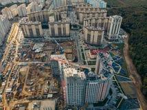 Konstruktionsplats med byggnadskranar och annan utrustning, industriella byggda eller för godsutveckling moderna byggnader, flyg- royaltyfri bild