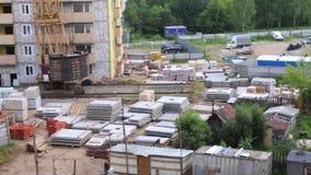 Konstruktionsplats med byggnadsmaterial, del av kranen på sommardagen stock video