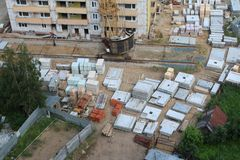 Konstruktionsplats med byggnadsmaterial, del av kranen på summ Arkivfoton