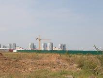 Konstruktionsplats med den gula kranen Arkivfoto