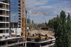 Konstruktionsplats med himmel och trädet Fotografering för Bildbyråer