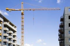 Konstruktionsplats med kranar mot blå himmel ny stigning för byggnader high Arkivbild