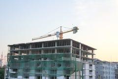 Konstruktionsplats med kranar på himmelbakgrund Royaltyfria Foton