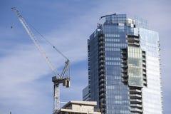 Konstruktionsplats med kranen och materialet till byggnadsställning i Toronto, Kanada Arkivbild