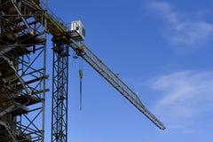 Konstruktionsplats med kranen på himmelbakgrund Lowen metar beskådar Arkivfoto