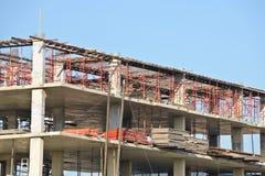 Konstruktionsplats med materialet till byggnadsställning Royaltyfri Bild