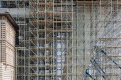 Konstruktionsplats med materialet till byggnadsställning av en modern kontorsbyggnad Arkivbilder