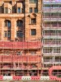 Konstruktionsplats med materialet till byggnadsställning och säkerhetsåtgärder Fotografering för Bildbyråer