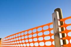 Konstruktionsplats med orange raster för säkerhet mot en blå himmel Arkivbild