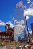 Konstruktionsplats med reflexion för blå himmel och molni fönster Royaltyfria Bilder