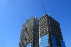 Konstruktionsplats med tornkranen över blå himmel, Sept 30, 2014, Sofia, Bulgarien Arkivfoto