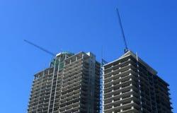 Konstruktionsplats med tornkranen över blå himmel, Sept 30, 2014, Sofia, Bulgarien Arkivbilder