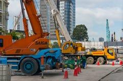 Konstruktionsplats med tungt maskineri i Ho CHien Minh City royaltyfri foto