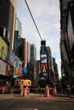 Konstruktionsplats och kompetenta arbetare på arbete i Time Square Arkivbilder