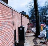Konstruktionsplats på gatan Säkerhets- och trafikbegrepp på gatan Reparera arbeten på gatan royaltyfria bilder