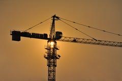 Konstruktionsplats på solnedgång royaltyfria bilder
